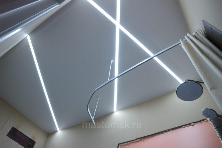 289 Матовый белый натяжной потолок со световыми линиями в ванной Новосибирск